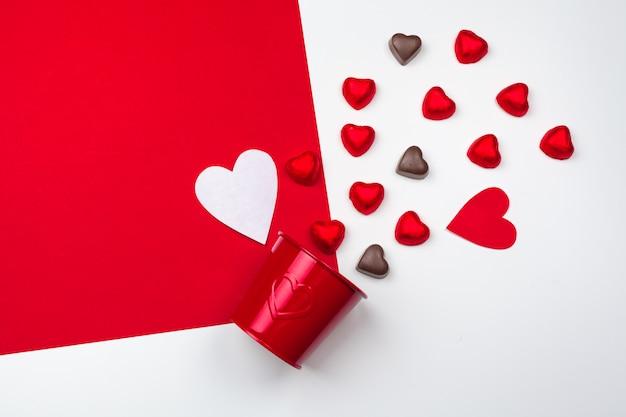 チョコレートの心のマグカップ。フラットレイアウト構成。ロマンチックな聖バレンタインの日のコンセプト