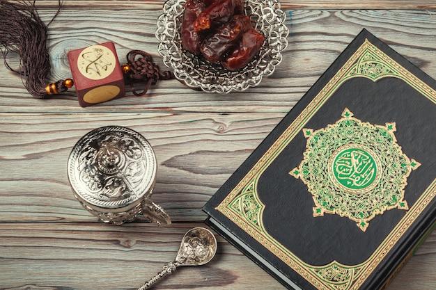 テーブルトップの装飾ラマダンカリームの休日。コーランの聖典