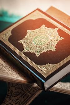コーランのイスラム教徒の聖典、テーブルの上のすべてのイスラム教徒の公開アイテム
