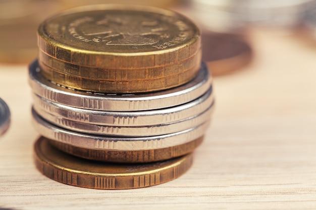 作業テーブル上のコインの山