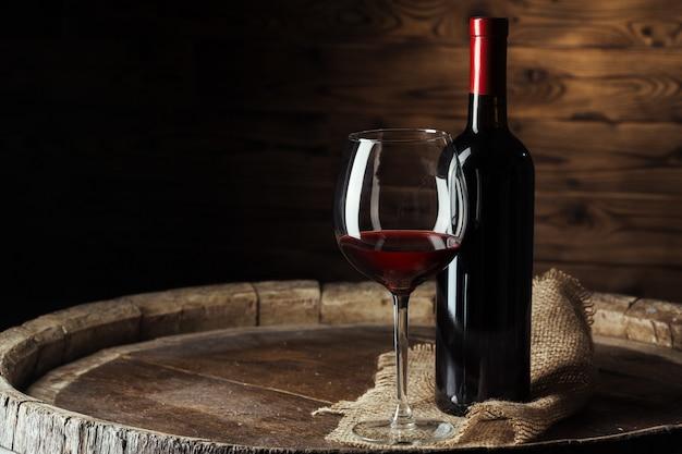 Бутылка и бокал красного вина