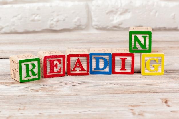 Деревянная игрушка блоки с текстом: чтение
