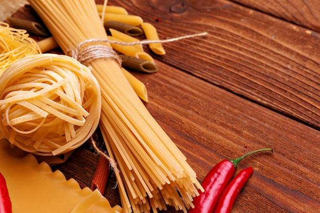Сушеные макароны на деревянный стол
