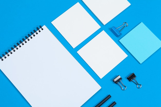 モックアップカードの文房具のペーパー。平面図、平置き