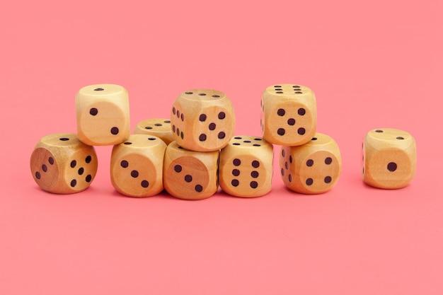 Игральные кости на розовом фоне. концепция для игр.