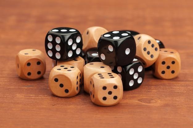 木製テーブルの上のサイコロ。ビジネスリスクの概念。