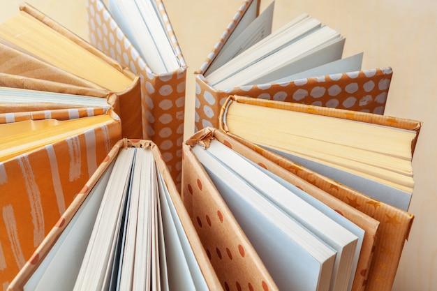 多くの本の山。
