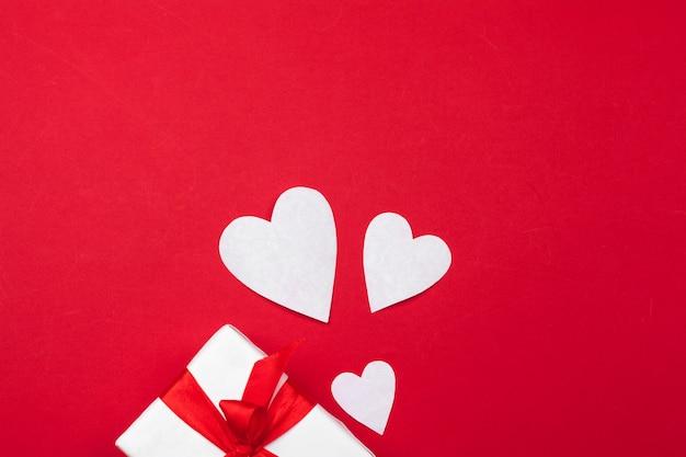 ギフトボックス、赤い紙の心。バレンタインデーのハート