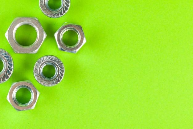 ツール。緑の背景のナットをクローズアップ