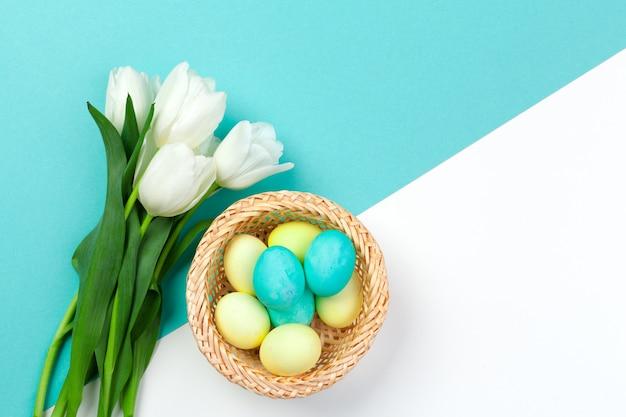 イースター。わらの巣にカラフルな卵