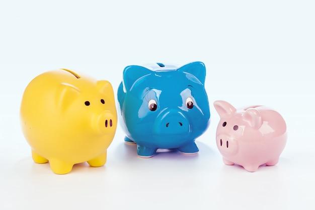 カラフルな貯金箱のグループ