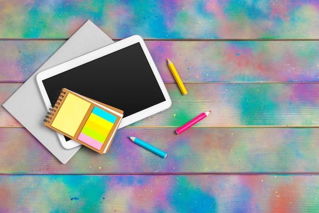 Современная пустая цифровая таблетка с бумагами и ручка на деревянном столе. вид сверху. высокое качество