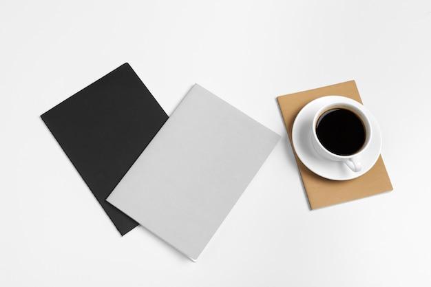 コーヒーカップトップビューでバインダーノートブックを開く