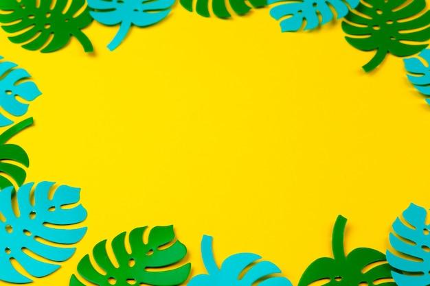 夏の熱帯の葉、植物フレームの背景。紙のカットスタイル。