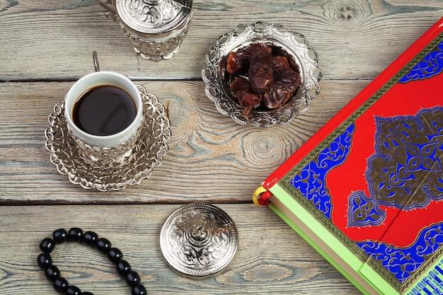 装飾ラマダンカリーム休日のテーブルトップビューの空中画像。平置き