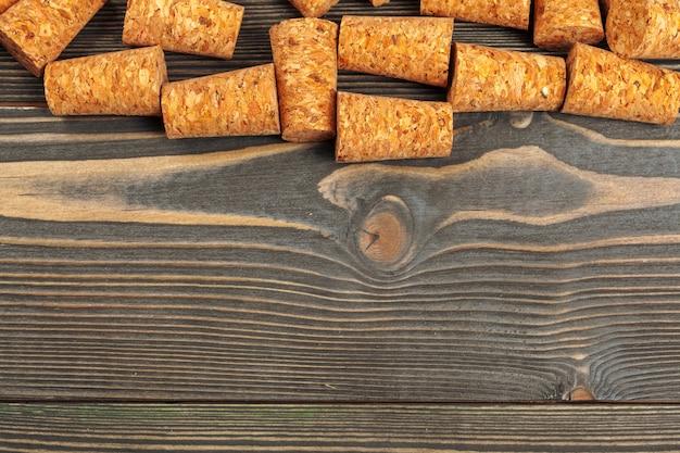 木製の背景にワインのコルク栓