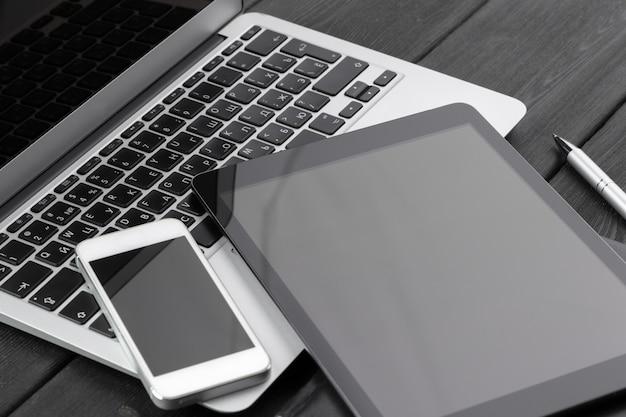 Открытый ноутбук с цифровой планшет и смартфон крупным планом