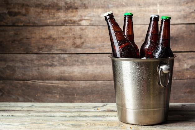 バケツに冷たいビールの瓶