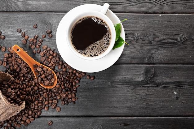 一杯のコーヒーと豆の木