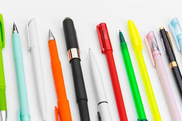 白で隔離されるペンのセット