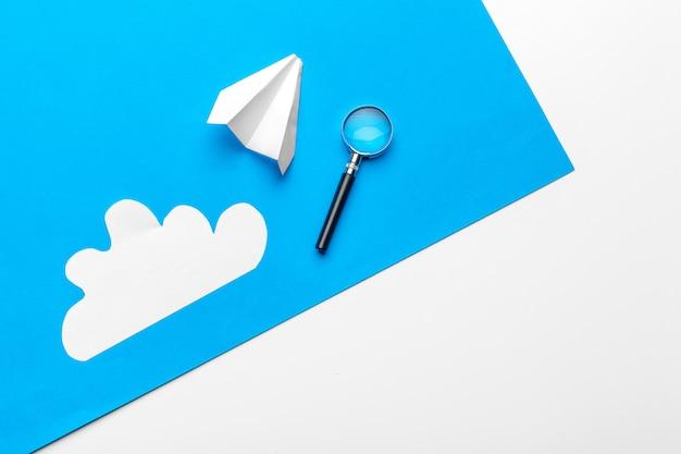 Летающий бумажный самолетик в облаках. концепция полета, путешествия, трансфера