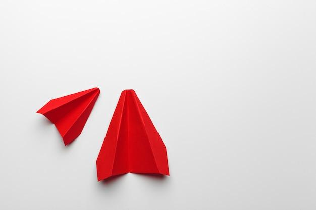 紙の折り紙おもちゃの飛行機