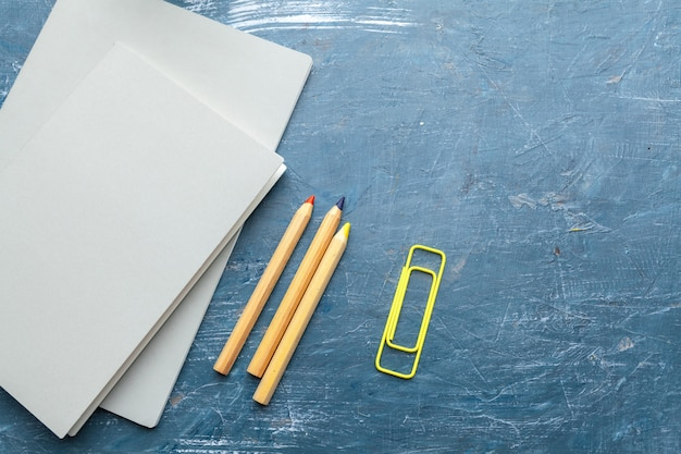 Вид сверху на школьные учебные принадлежности. рабочий стол