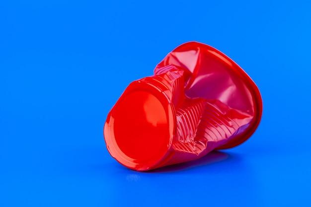 使い捨ての色のプラスチックカップのゴミ