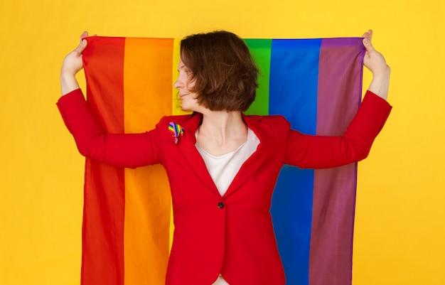 Женщина держит и развевает большой флаг лгбт
