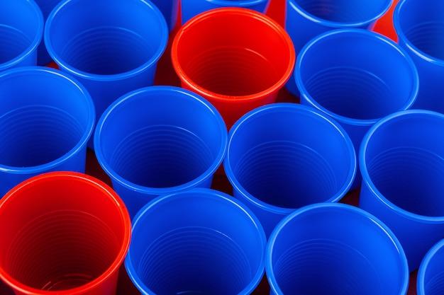 プラスチック製の赤と青の色のカップ