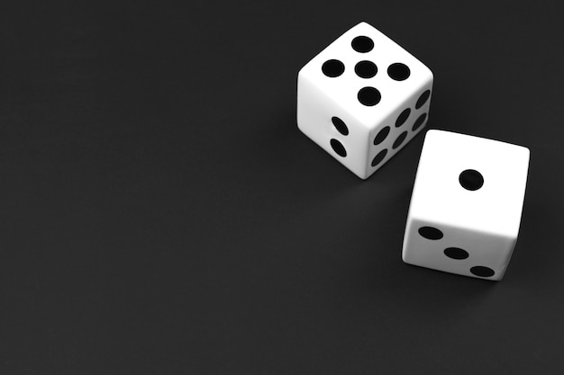 黒の背景にカジノサイコロ