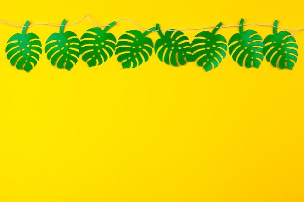 夏の熱帯の葉、植物のフレーム。紙のカットスタイル。