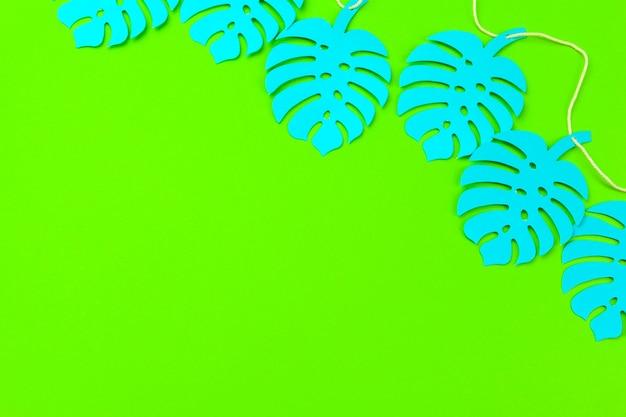 夏の熱帯の葉のフレーム