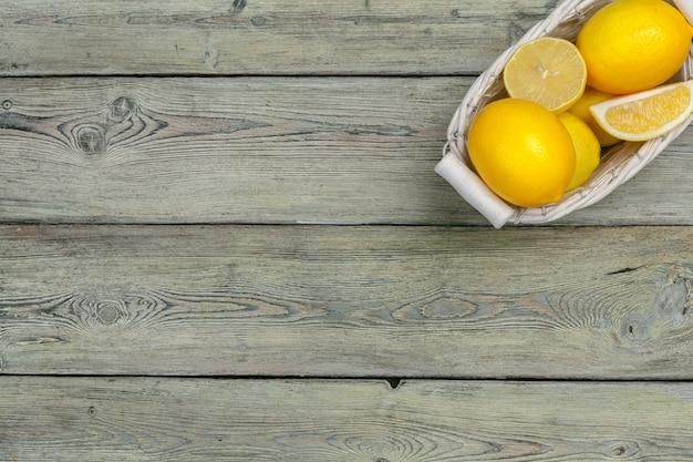 木製のテーブルに新鮮なレモン。