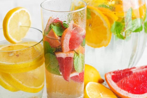ミントと爽やかな冷たい柑橘系の水