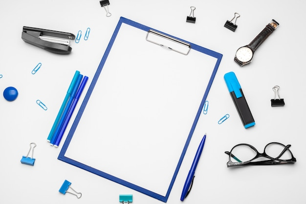 Буфер обмена с белым листом и ручкой на белом фоне