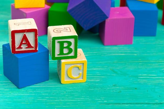 Алфавит блоков на деревянный стол.