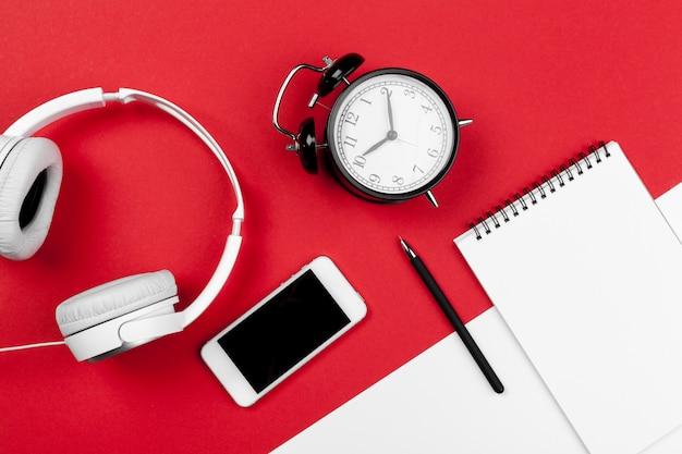 赤と白の色の背景上のコード付きヘッドフォン