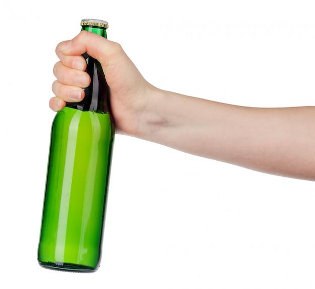 白い背景の上のラベルなしのビール瓶を持っている手