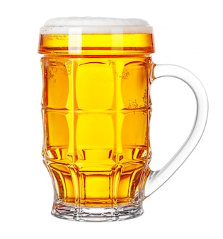 白で隔離されるビールのジョッキ