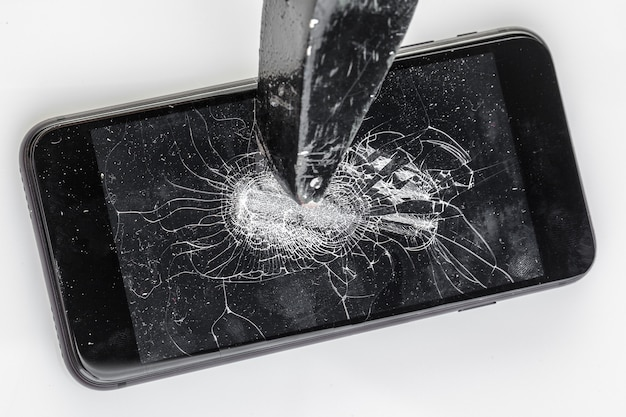 壊れた画面の携帯電話