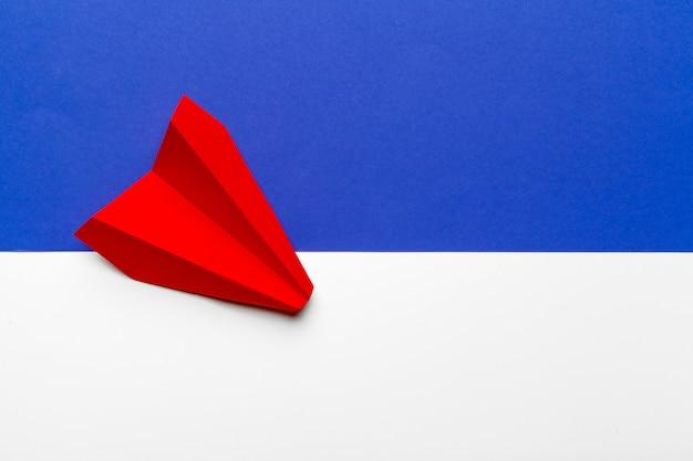 Красная бумага оригами самолет. транспорт и бизнес