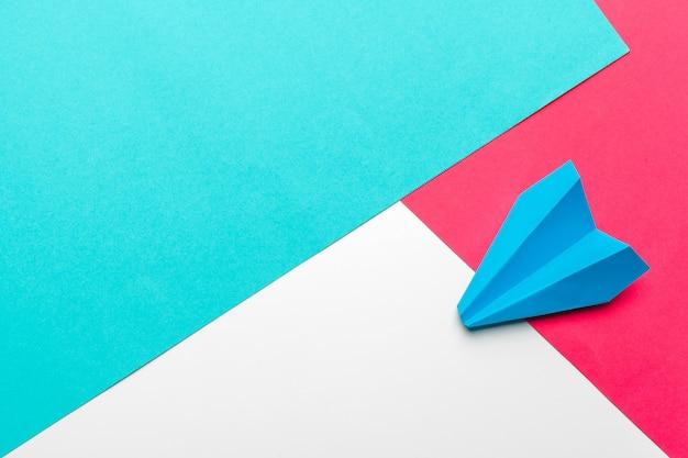 ビジネスリーダーシップ、財務。青い紙飛行機