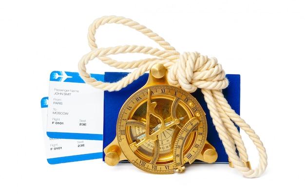 Билеты на самолет и компас, изолированные на белом