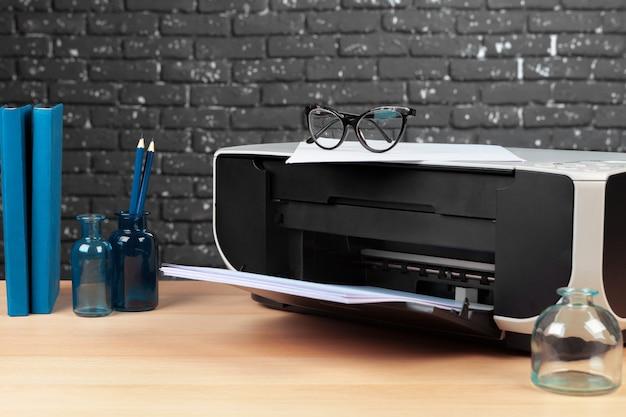 近代的なオフィスインテリアのコピー機またはプリンターをクローズアップ