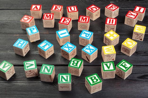 手紙。木製の文字と木製キューブ