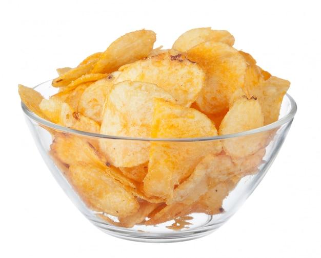 Картофельные чипсы на миску, изолированные на белом