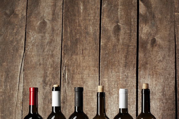 Бутылки вина на деревянном фоне