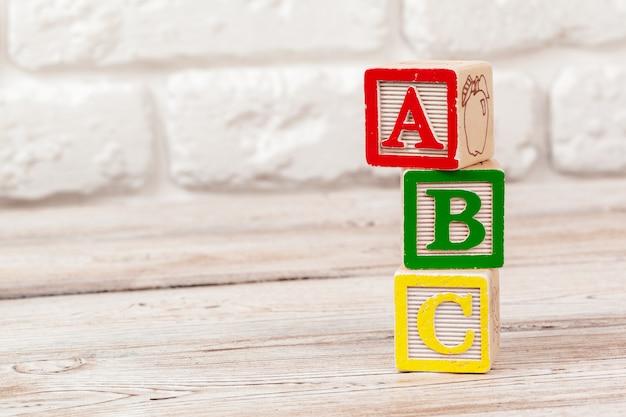 文字と木のおもちゃブロック