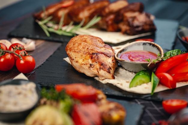 夏のバーベキューで調理された鶏の胸肉のグリル焼きマリネ